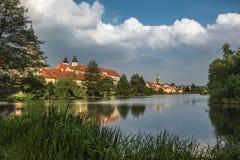 Château spectaculaire sous le ciel nuageux dans Telc, une ville en Moravie, un site de patrimoine mondial de l'UNESCO dans la Rép Images stock