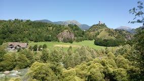 Château sur la colline dans la vallée en Italie image stock