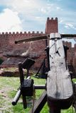 Château sur la montagne et les armes médiévales de siège Image stock