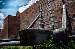 Château sur la montagne et les armes médiévales de siège Photographie stock