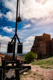Château sur la montagne et les armes médiévales de siège Photos libres de droits
