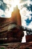 Château sur la montagne et les armes médiévales de siège Image libre de droits