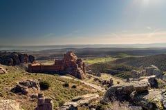 Château sur la montagne et les armes médiévales de siège Photo libre de droits