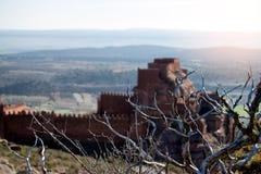 Château sur la montagne et les armes médiévales de siège Photo stock