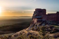 Château sur la montagne et les armes médiévales de siège Images stock