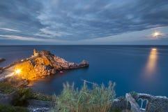 Château sur une falaise dans le clair de lune Images libres de droits