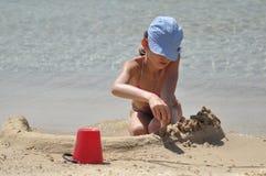 Châteaux collants de sable de fille La mer et la plage dans un pays exotique Image stock