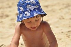 Châteaux collants de sable de garçon La mer et la plage dans un pays exotique Image libre de droits