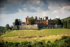 Châteaux et vignobles de la Toscane, région de vin de chianti de l'Italie photographie stock