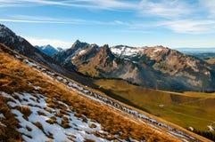 Chörblispitzpiek, de Piek van Les Reccardets en de vallei van Jaunbach, in het Kanton van Fribourg, Zwitserse Prealps stock afbeeldingen