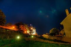 Château de Nyon vid natt Arkivbild
