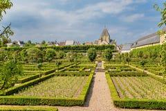 Château De Villandry, Francja Malowniczy kwiatu ogród i antyczny romańszczyzna kościół Obrazy Royalty Free