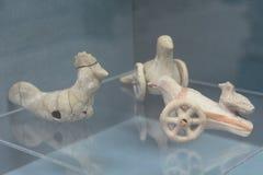 Chıld juega el pájaro de la terracota Imágenes de archivo libres de regalías