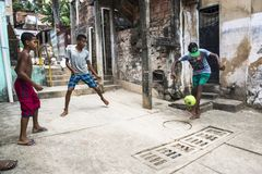 Chłopiec bawić się futbol, Salvador, Bahia, Brazylia zdjęcie royalty free