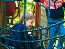 Chłopiec bawić się na boisku aktywność obrazy stock