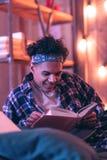 Chłopiec bez powodzenia próbuje memorizing jego ulubionych rozdziały i śmiać się przy ja obraz stock