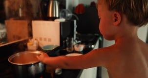 Chłopiec gotuje sama w domu zdjęcie wideo