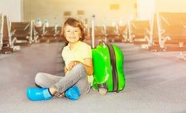 Chłopiec obsiadanie w śmiertelnie podczas gdy czekać na lot obraz stock