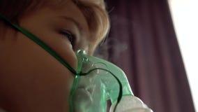 Chłopiec robi inhalacji w domu na łóżkowym naprzeciw okno zbiory wideo