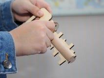 Chłopiec trzyma drewnianą zabawkę w jego ręce Drewniany klucz i keyhole zdjęcia stock