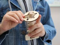 Chłopiec trzyma drewnianą zabawkę w jego ręce Drewniany klucz i keyhole obraz stock
