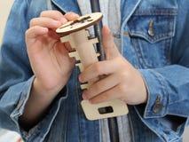 Chłopiec trzyma drewnianą zabawkę w jego ręce Drewniany klucz i keyhole fotografia royalty free