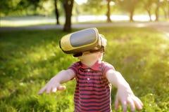 Chłopiec używa rzeczywistości wirtualnej słuchawki plenerową VR, VR szkła, zwiększający rzeczywistości doświadczenie zdjęcie stock