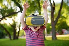 Chłopiec używa rzeczywistości wirtualnej słuchawki plenerową VR, VR szkła, zwiększający rzeczywistości doświadczenie obraz stock