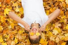 Chłopiec w jesień liściach, obrazy royalty free