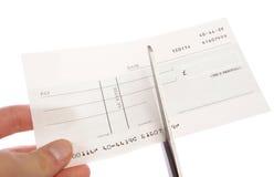 Chèque étant coupé vers le haut du découpage Image stock