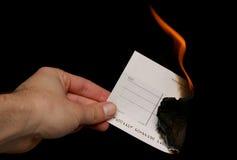 Chèque étant découpage brûlé Photo stock