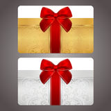 Chèque-cadeau d'or et argenté avec l'arc rouge (rubans) Image libre de droits