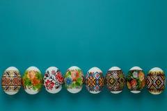 Chèque-cadeau de Pâques des oeufs pascaux colorés avec l'espace vide sur le fond bleu Tradition chr?tienne de concept photo stock