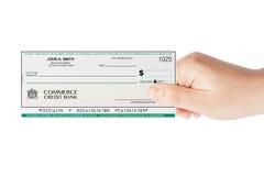 Chèque de banque holded à la main Photo libre de droits