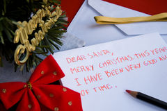 Chère lettre de Santa écrite par un enfant pour Noël Photos stock