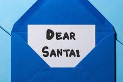 Chère Santa - lettre à Santa Claus à l'enveloppe bleue, fond décoré de Noël Photo stock