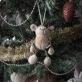 Chèvre de jouet sur l'arbre Images stock