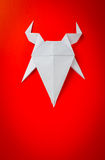 Chèvre de papier d'origami sur le fond rouge Image libre de droits