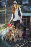 Chèvres de alimentation de belle fille rousse Images libres de droits