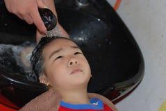 Chéri étant shampooing Image libre de droits