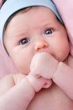 Chéri adorable nouveau-née avec des œil bleu Images libres de droits
