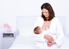 Chéri alimentante de mère avec le sein image stock