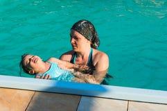Chéri apprenant à nager Images libres de droits