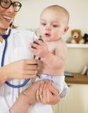 Chéri au bureau du pédiatre Image libre de droits