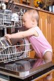 Chéri au lave-vaisselle image stock