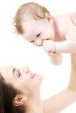 Chéri aux yeux bleus riante jouant avec la maman Images libres de droits