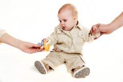 Chéri avec des mains des parents image libre de droits