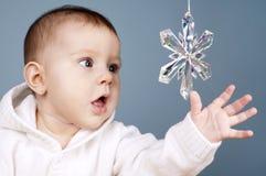Chéri avec l'éclaille de neige photographie stock libre de droits