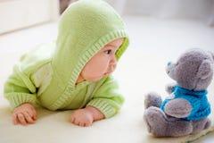 Chéri avec l'ours de nounours Image stock