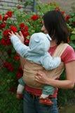 Chéri avec la maman dans l'élingue Images stock